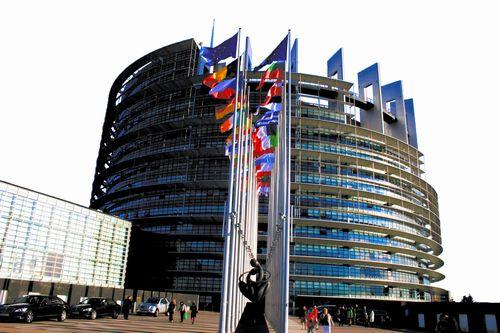 写真・図版 : 欧州議会の本会議場=フランス・ストラスブール、国末憲人撮影