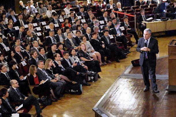 写真・図版 : 東京大学安田講堂で講演するニューヨーク・タイムズのトーマス・フリードマン氏=2018年11月