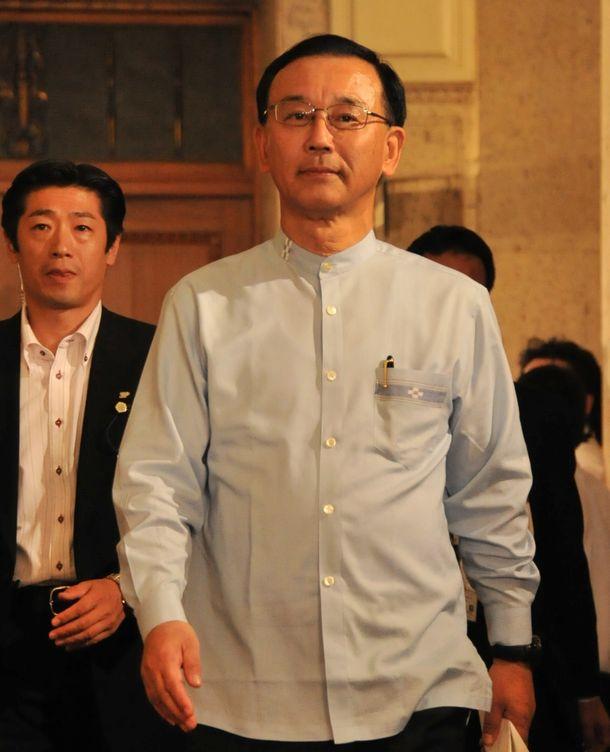 写真・図版 : 野田首相との会談に向かう自民党の谷垣禎一総裁=2012年8月8日、国会内
