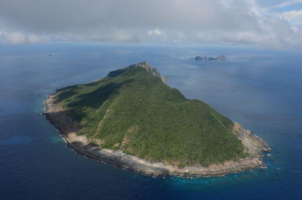 写真・図版 : 国が購入した尖閣諸島の魚釣島。奥は北小島(左)、南小島(右)