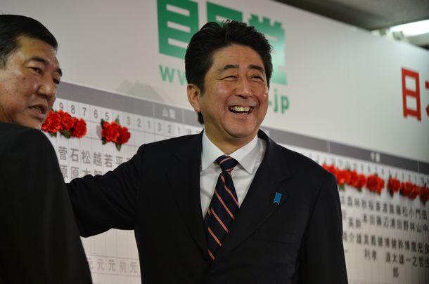 写真・図版 : 衆院選の当選者が次々と決まり、笑顔の自民党・安倍晋三総裁=2012年12年16日、東京・永田町の党本部