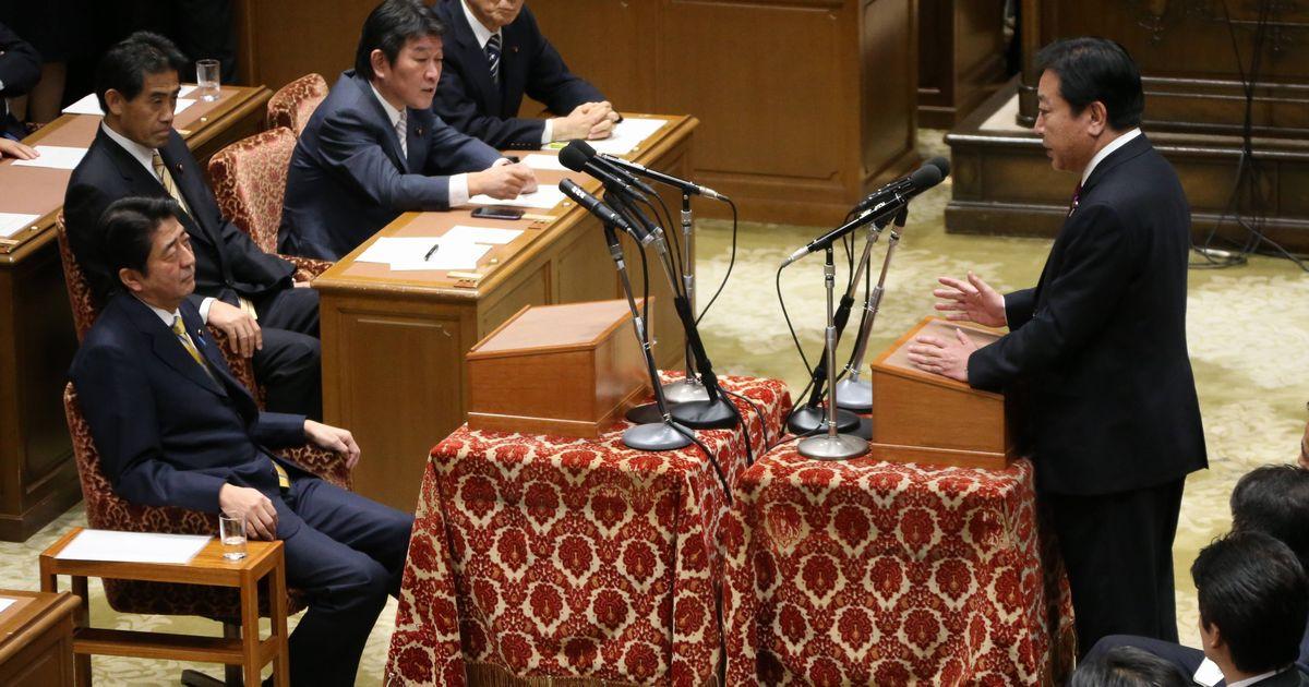 写真・図版 : 党首討論で向き合う野田佳彦首相(右)と自民党の安倍晋三総裁(左)。野田首相は解散を示唆した=2012年11月14日、国会内