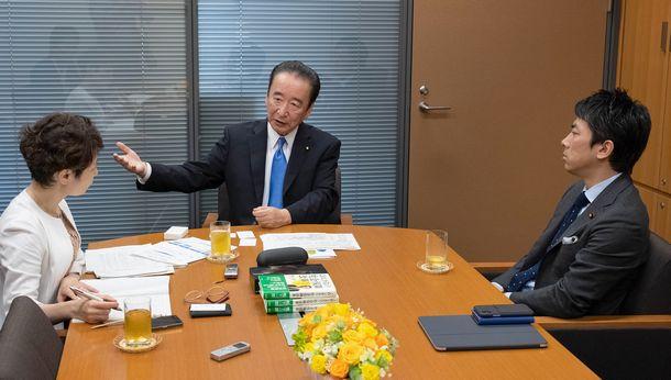 写真・図版 : 小泉進次郎さん(右)、鴨下一郎さん(中)、伊藤裕香子