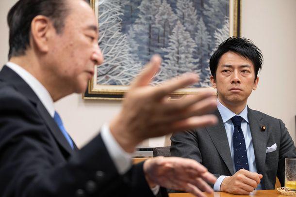 写真・図版 : 鴨下一郎さん(左)の話を聞く小泉進次郎さん