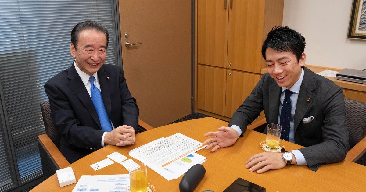 写真・図版 : 鴨下一郎さん(左)と対談する小泉進次郎さん