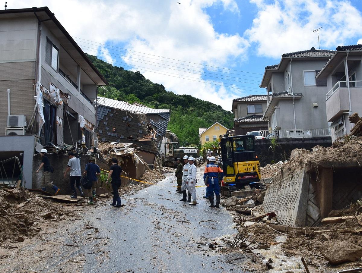 土石流に襲われた大原ハイツ。巨岩を含む土石流が山側に近い住宅を倒壊させた=2018年7月9日、広島県熊野町