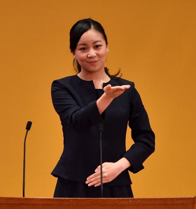 写真・図版 : 手話を披露する佳子さま=2018年10月7日、鳥取県米子市