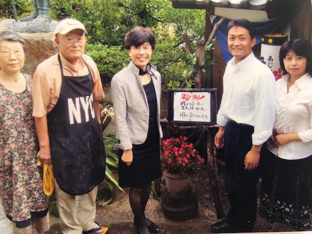 写真・図版 : 2009年の衆院選で香川2区の玉木雄一郎さんの応援に入った円。右は玉木夫妻=2009年8月25日(筆者提供)