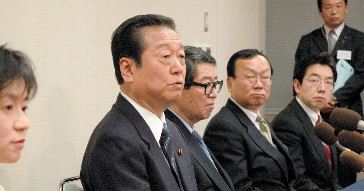 写真・図版 : 記者会見で質問に答える小沢一郎代表(左から2人目)小沢氏の右隣が高木剛・連合会長 =2007年4月10日、山形市