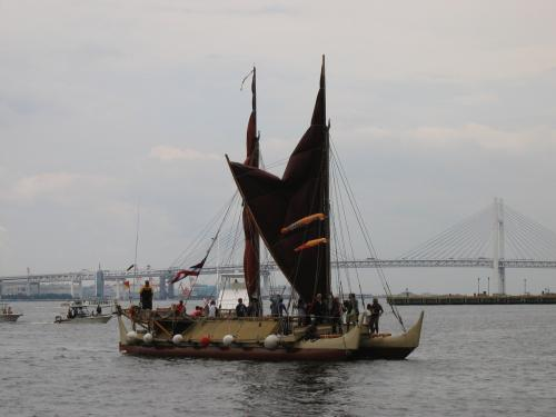 写真・図版 : 横浜に到着したホクレア号=2007年、Polynesian Voyaging Society提供