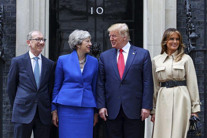 写真・図版 : 6月4日、訪英したトランプ米大統領夫妻(右)を官邸で迎えるメイ首相夫妻(官邸のflickrサイトより)