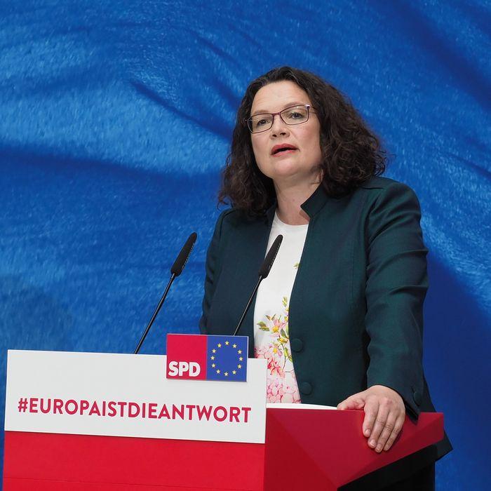 写真・図版 : 敗戦の弁を述べるドイツ社会民主党(SPD)のナーレス党首=2019年5月26日、ベルリン、野島淳撮影