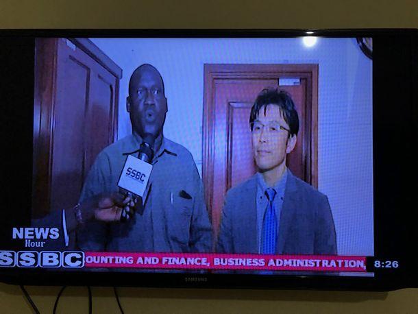 写真・図版 : ◇大臣周りの後のインタビュー 大臣を表敬訪問した後に必ず待ち構えているテレビ局スタッフ。大臣からJICAへの熱い期待を語られたあと、マイクがふられるパターン。