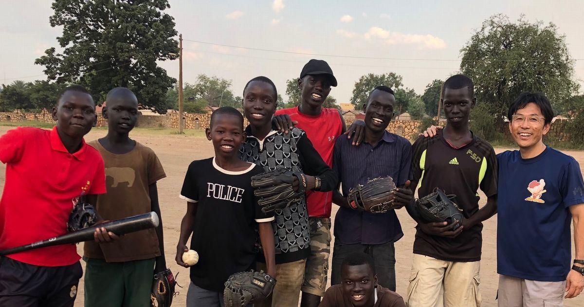 写真・図版 : 南スーダンで始めた野球のメンバー。