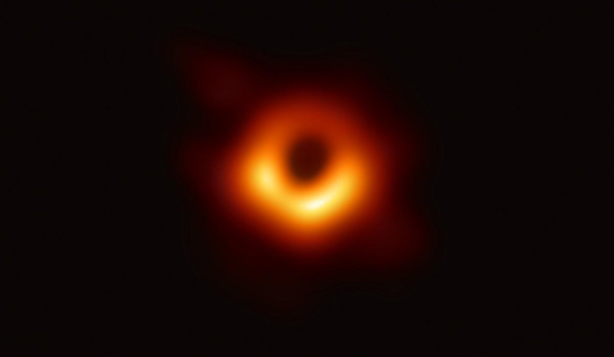写真・図版 : M87銀河のブラックホールの画像 (C)EHT collaboration