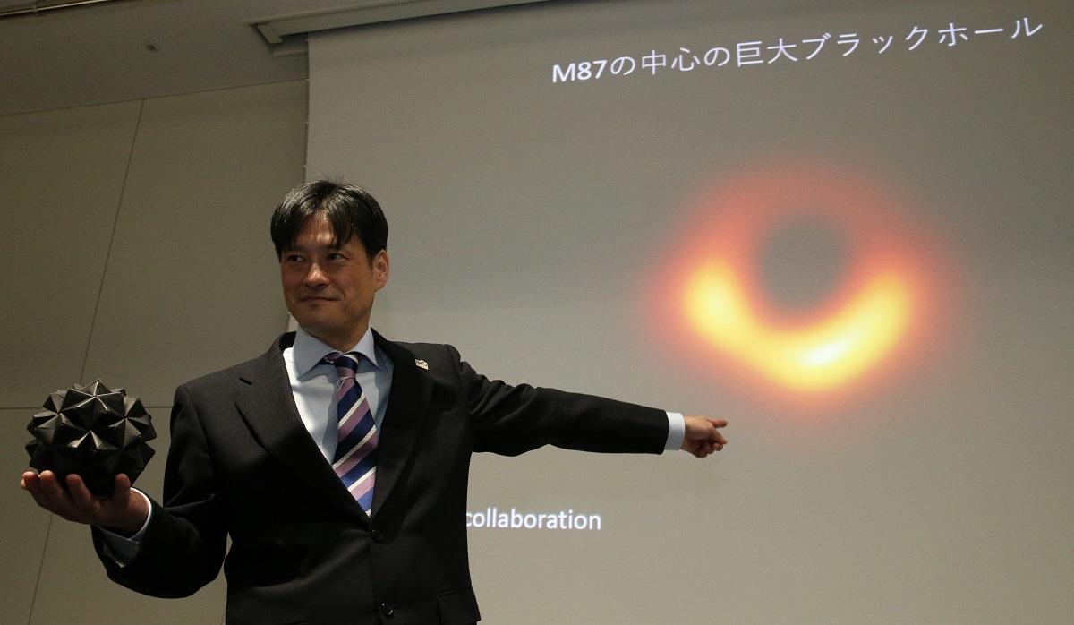 写真・図版 : ブラックホールの撮影成功について発表する国立天文台の本間希樹教授=2019年4月10日
