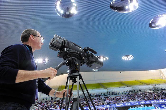 写真・図版 : 五輪では最新鋭の映像機材も競う。ロンドン五輪で使われた3Dカメラレコーダー=2012年、パナソニック提供