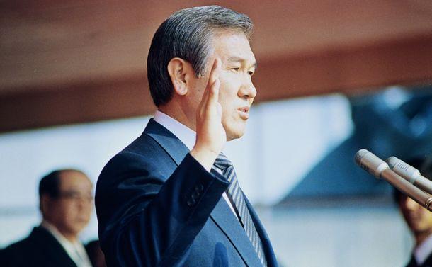 写真・図版 : 1988年2月、民主化を求める世論を追い風に大統領に就任した盧泰愚氏