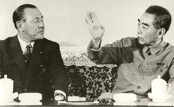 写真・図版 : 日中国交正常化を目指して首脳会談に臨む田中角栄首相(左)と周恩来・中国首相=1972年9月