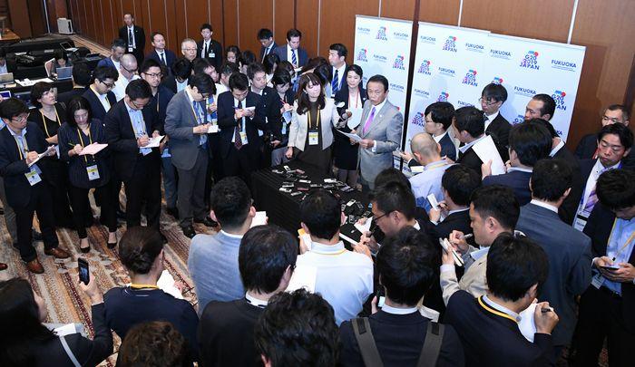 写真・図版 : G20財務相・中央銀行総裁会議の初日を終えたる麻生太郎財務相の会見に集まった報道陣=2019年6月8日、福岡市中央区