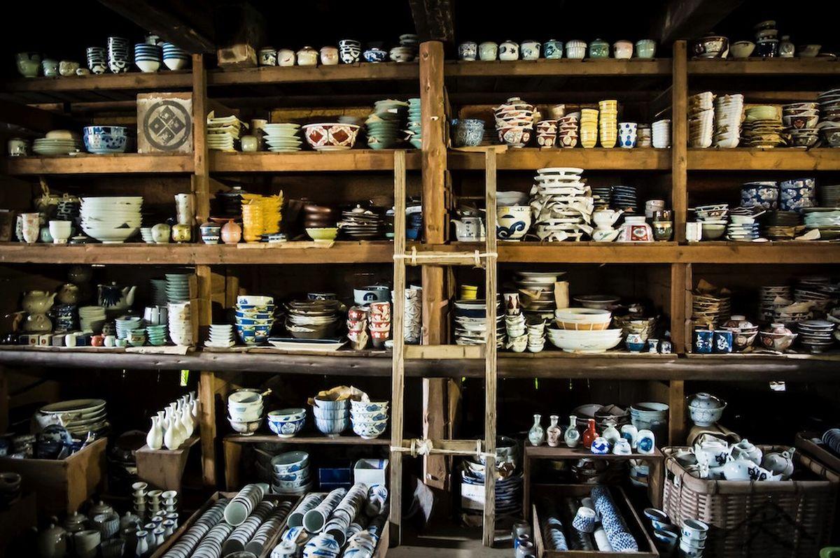 写真・図版 : 有限会社ヤマダイには、明治時代からの古いお皿がいっぱい。「吉田皿屋トレジャーハンティング」(https://owatari.com/)としてお客を楽しませる工夫がされている=南雲さん提供