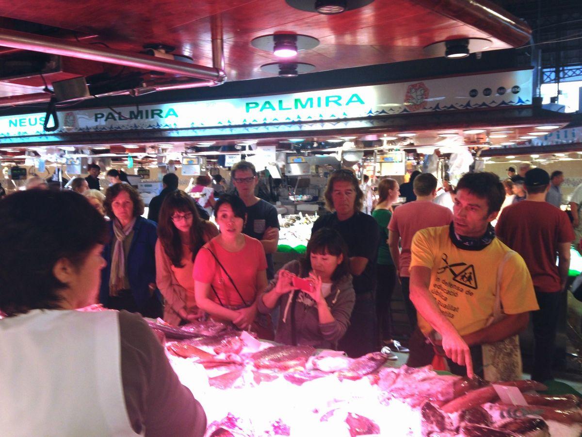 写真・図版 : 市場で買い物をして、料理を作る観光ツアーでは、スペイン人も外国人も一緒に楽しむ=南雲さん提供