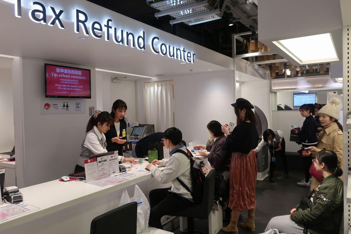 写真・図版 : 百貨店で買い物を終え免税の手続きをする訪日外国人ら=東京都豊島区の西武池袋本店