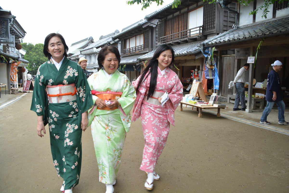 写真・図版 : 「コスプレの館」で着物姿になり、周囲を散策するタイからの観光客ら=千葉県栄町