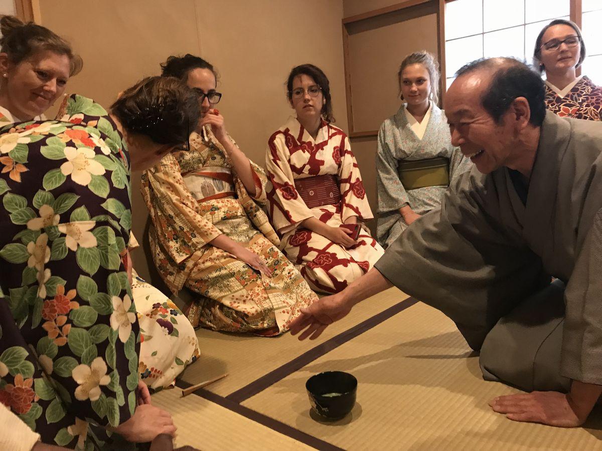 写真・図版 : 着物姿の外国人たちにお茶の指導をする西室博史さん(右手前)=八王子市明神町