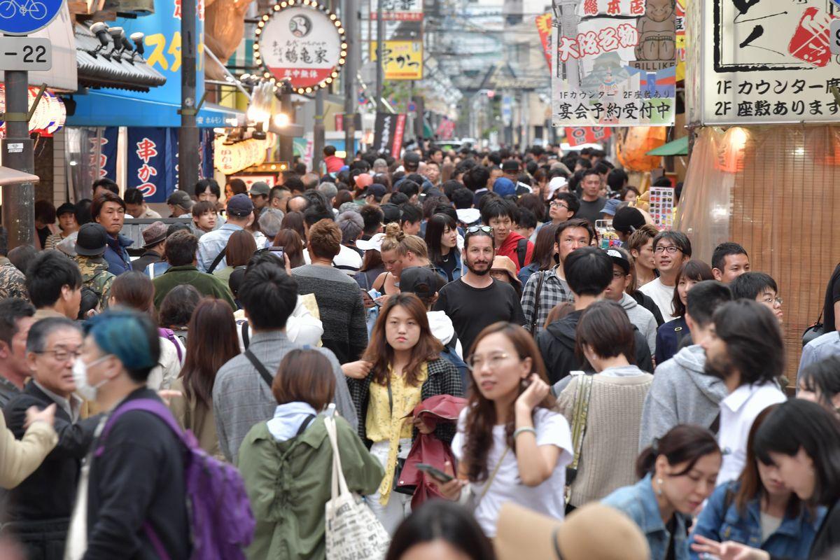 写真・図版 : 大勢の観光客でにぎわう大阪の繁華街「新世界」。バブル崩壊後、外国人観光客を呼び込もうとする「インバウンド」が積極に進められた=2019年4月30日午後4時58分、大阪市中央区、金居達朗撮影