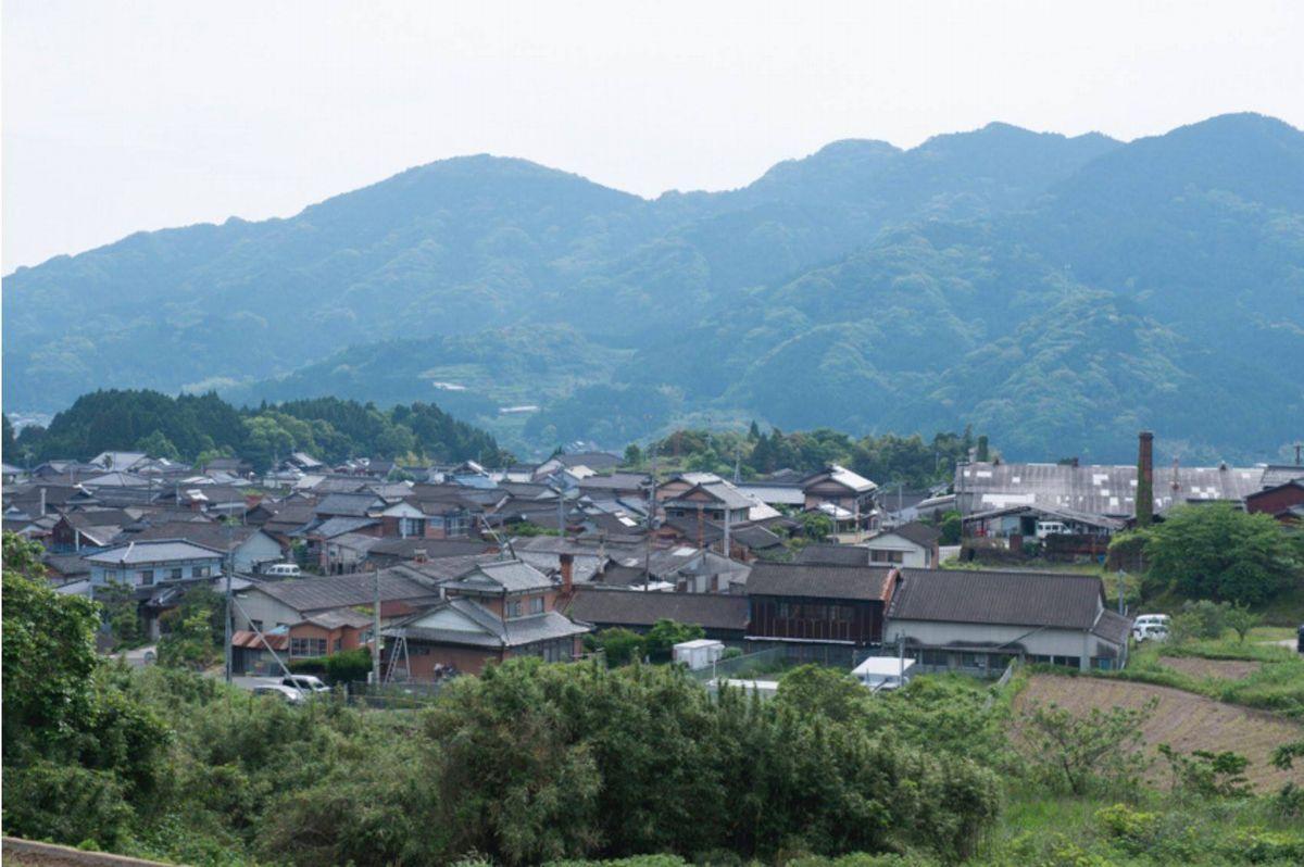 写真・図版 : 佐賀県嬉野市吉田地区には窯元の煙突が見える=肥前吉田焼窯元組合提供