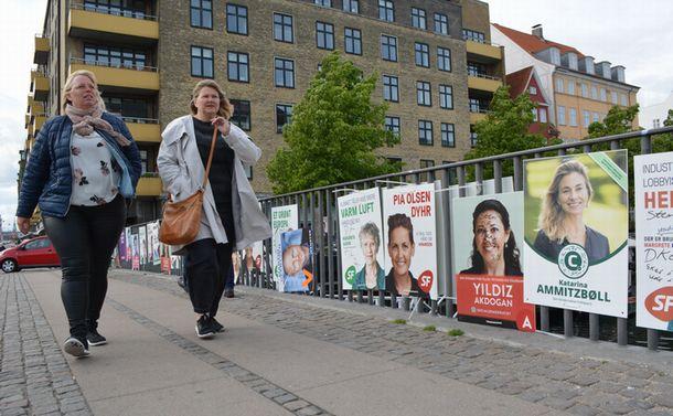 写真・図版 : コペンハーゲンの街中に貼られた選挙ポスター=5月27日、下司佳代子撮影