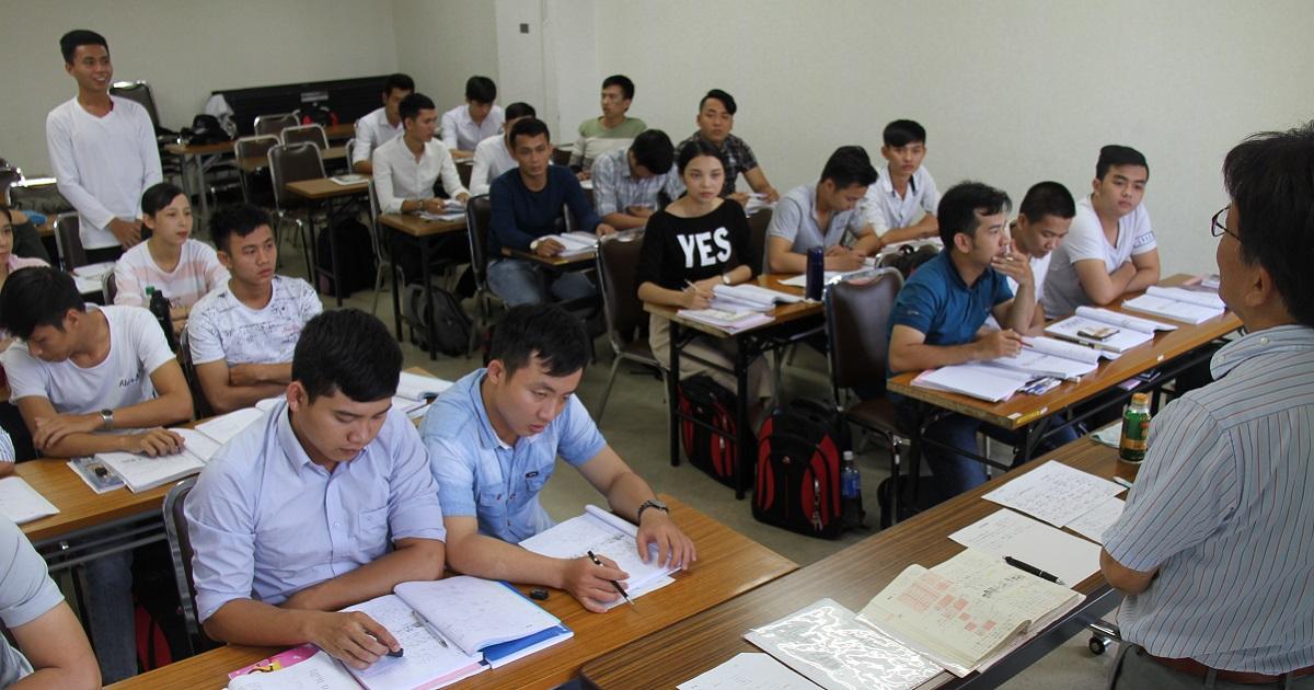日本語などの研修を受けるベトナム人の技能実習生たち=大阪市中央区