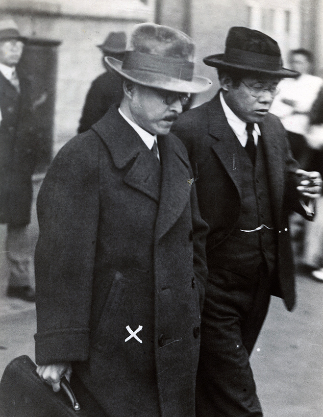 写真・図版 : 護送され、東京駅に着いた神兵隊事件の首謀者、天野辰夫氏(左)。興国同志会時代には東大新人会に対抗した=1933年10月12日