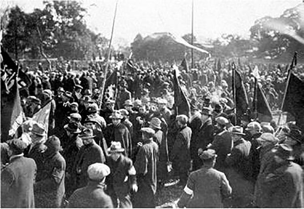 写真・図版 : 治安維持法に反対して、労働団体などがデモ行進した=1925年2月、東京・芝
