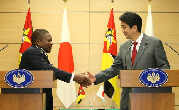 写真・図版 : 共同記者発表で握手する安倍晋三首相とモザンビークのニュシ大統領=2017年3月15日、首相官邸