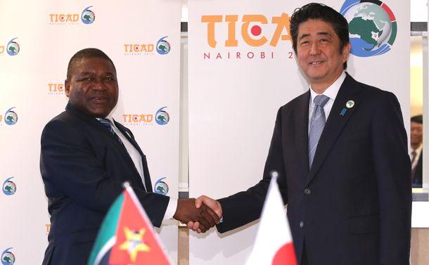 写真・図版 : モザンビークのニュシ大統領とのワーキングランチの冒頭、握手する安倍晋三首相=2016年8月26日、ケニア・ナイロビ市内のホテル