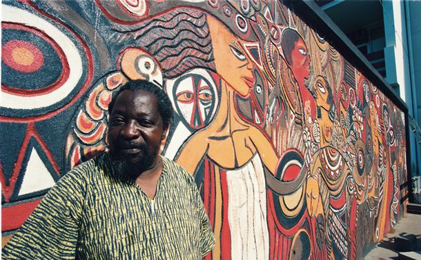 写真・図版 : 戦闘から逃げ惑う村人。首から流れる真っ赤な血――。内戦を描いた絵が、モザンビークの首都マプトの画廊に並んでいた=1993年9月21日、モザンビーク・マプト市内で