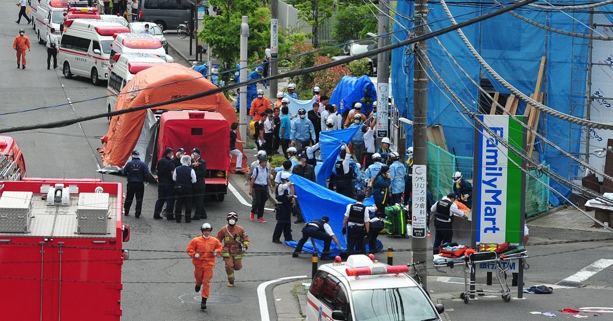 負傷者の搬送活動が続いていた。後方は「カリタス学園」と書かれたバス=2019年5月28日午前8時44分、川崎市多摩区登戸新町2019年0528