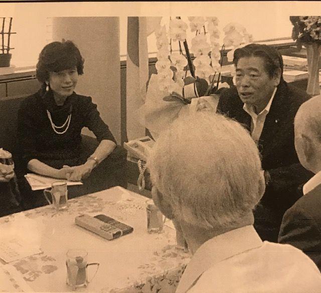 写真・図版 : シベリア抑留者の人々とともに、問題の真相究明も遺骨収集に消極的で、旅行券配布で決着をつけようとした安倍晋三内閣の鈴木政二・内閣副官房長官を訪ねて抗議=2007年8月2日(筆者提供)