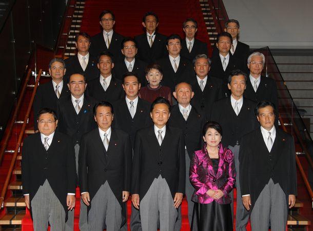 写真・図版 : 首相官邸で記念撮影する鳩山内閣=2009年9月16日、首相官邸