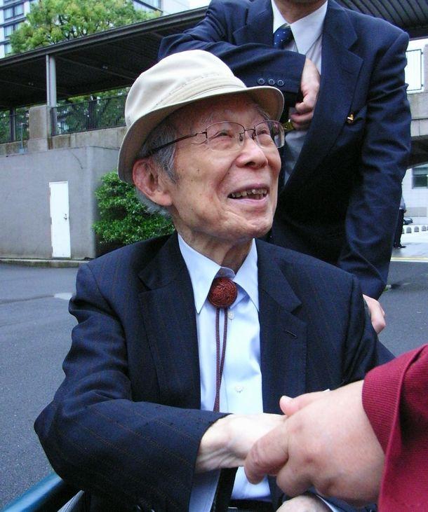 写真・図版 : シベリア特措法の成立を喜ぶ平塚光雄さん=2010年6月16日