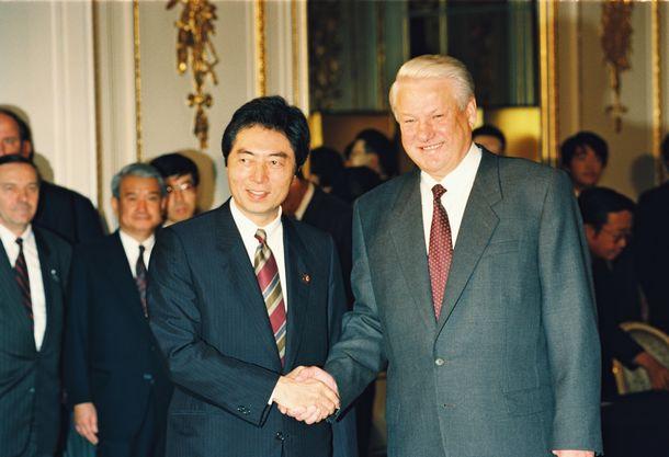 写真・図版 : 首脳会談を前に握手をするエリツィン・ロシア大統領と細川護熙首相=1993年10月12日、東京・元赤坂の迎賓館