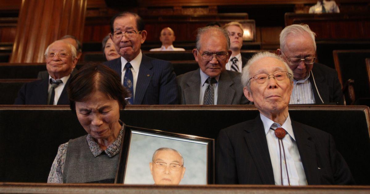 写真・図版 : シベリア特措法案が衆院本会議で可決、成立するのを見守る元抑留者や遺族たち=2010年6月16日