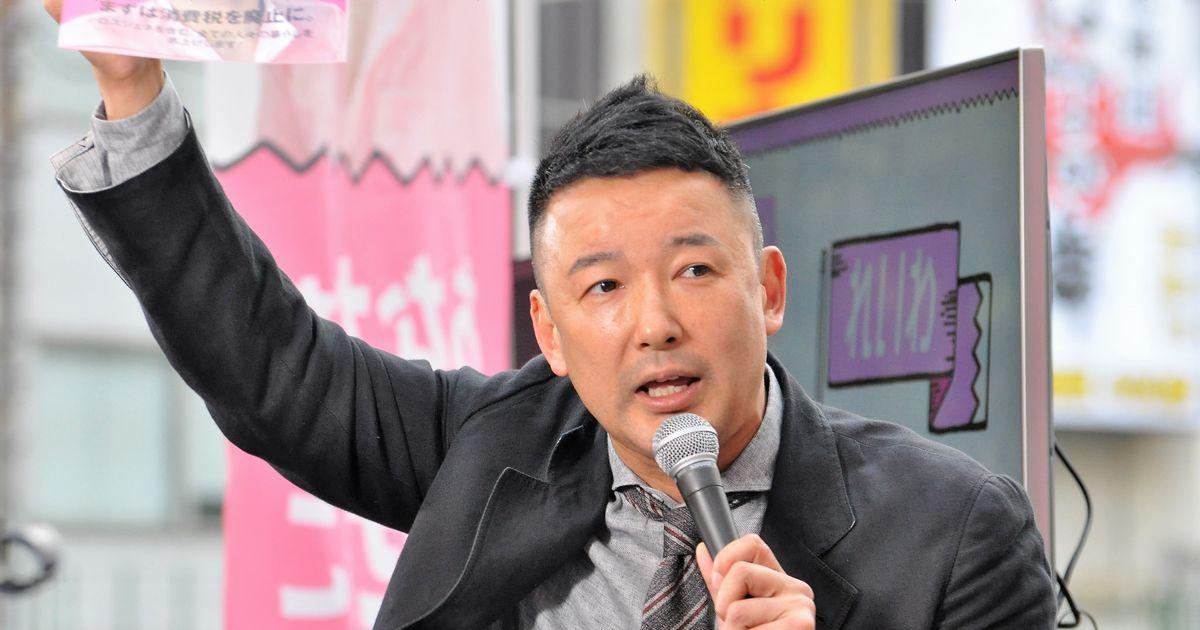写真・図版 : 街頭で訴える山本太郎氏。新たに立ち上げた「れいわ新選組」をアピールした=2019年5月29日、東京・北千住駅