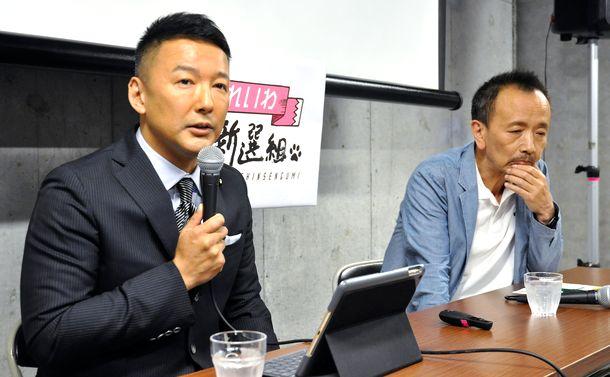 写真・図版 : 蓮池透さん(右)の擁立を発表する山本太郎氏=2019年5月31日、東京都新宿区