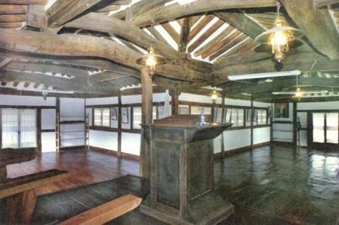 写真・図版 : 現在も残っているㄱ字教会堂、全羅道の金山教会の内部=筆者の講義資料から