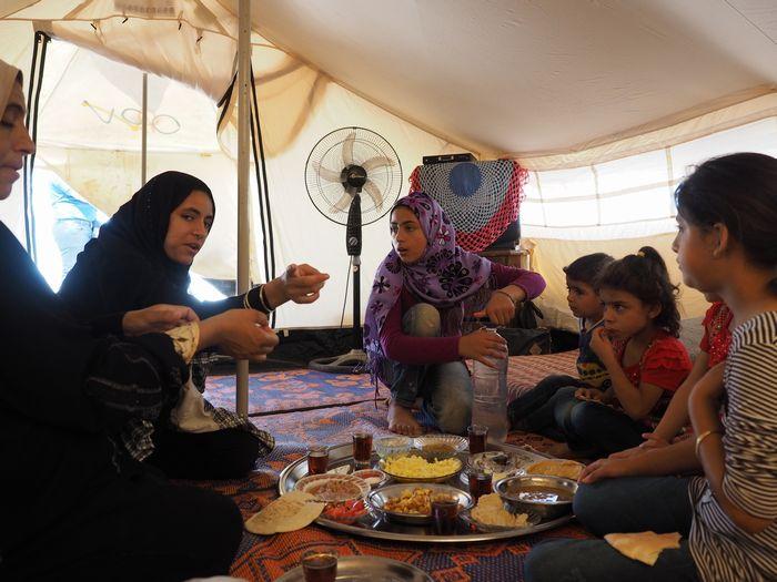 写真・図版 : キャンプ内で暮らすご家族の食事。缶詰の食品や、パンなど乾きものが主だ