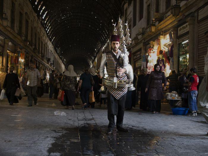 写真・図版 : アリさんがかつて暮らしていた、シリア首都ダマスカス。旧市街地のハミディア市場の入り口