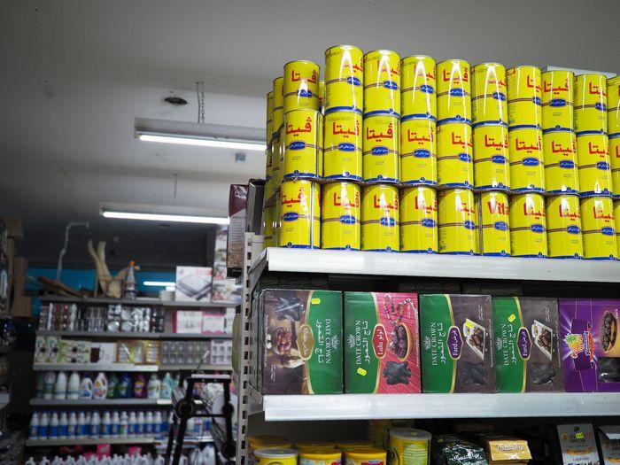 写真・図版 : ハラールフード店内。アラビア語表記が目立ち、ドイツにいながら異国を訪れているようだった